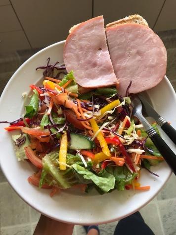 Salat mit Toast und Schinken