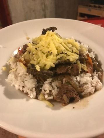 """Reis mit """"Gulasch"""" und Käse"""