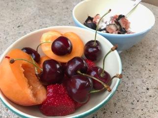 Aprikosen, Kirschen, Feigen mit Quark und Erdbeeren