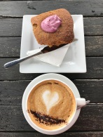 Cappuccino und Himbeer-Maracuja-Muffin