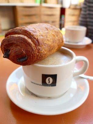 Pain aux Chocolat und Cafe Creme, perfektes Frühstück