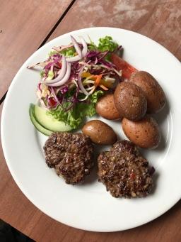Frikadellen, Kartoffeln und Salat