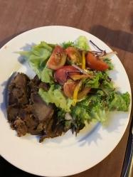 Trockenes Fleisch mit Salat