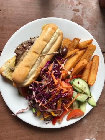 Steaksandwich, Salat und Pommes