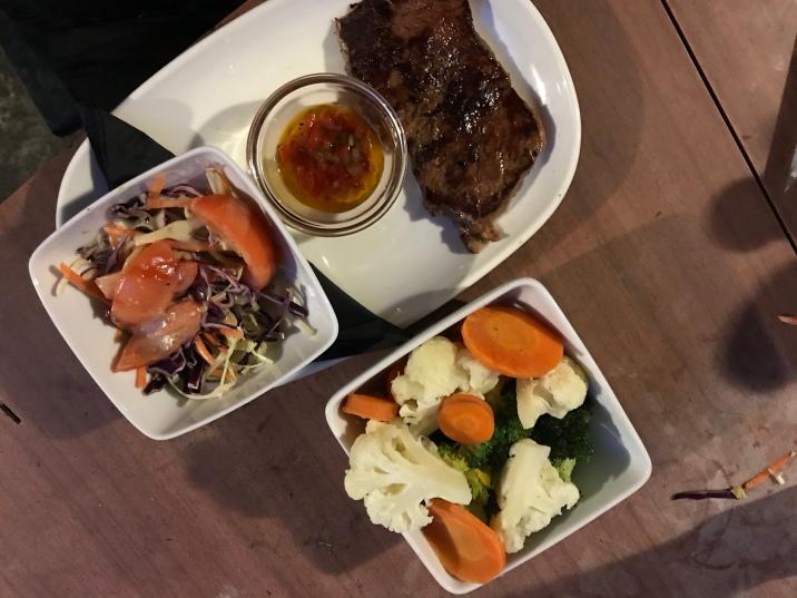Steak mit Chimichurri, gedünstetes Gemüse und Salat