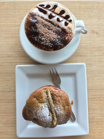 Himbeer-Bananen-Muffin, Cappuccino