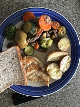 Gemüse, Hähnchen, Kartoffeln und Toast