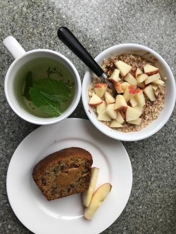 Halber Walnuss-Karamell-Muffin, Haferflocken mit Apfel, Minztee