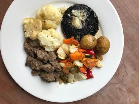 Ofengemüse, Kartoffeln, Portobello und Fleisch