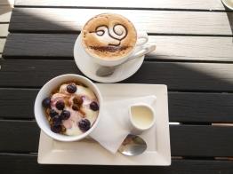 Cappuccino, Müsli mit Blaubeerkompott und Joghurt