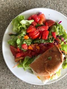 halber Burger mit Spiegelei, dazu Salat