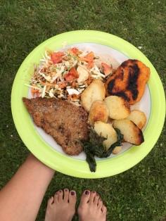 Schnitzel, Hähnchen, Bratkartoffeln und Salat