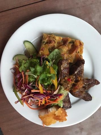 Steak mit Kartoffelauflauf und Salat