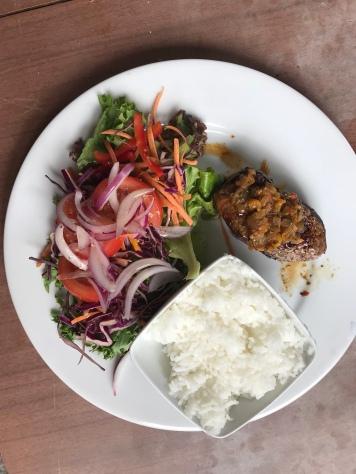 Steak mit Reis und Salat