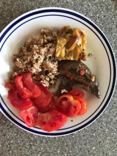 Reis, Steak, Kartoffelauflauf und Tomaten