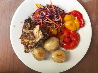 Hähnchen, Kartoffeln, Ofenpaprika und Salat