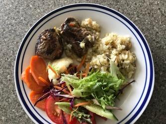 Steak, Risotto, Gemüse und Salat