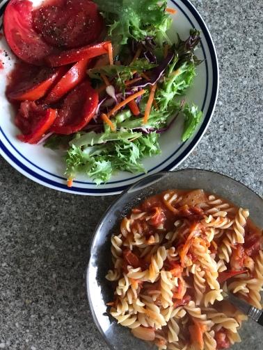 Nudeln mit Tomatensauce, Salat