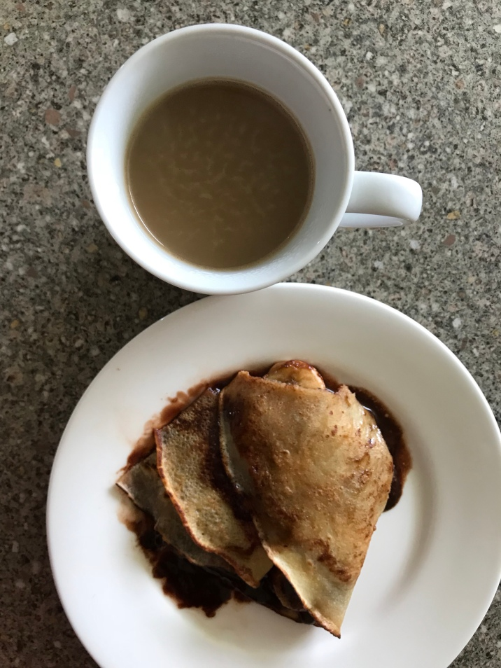 Crepe mit Banane und Nutella, Kaffee