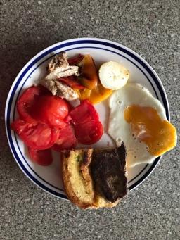 Tomate, Spiegelei, Ofenpaprika und ein halbes Steaksandwich