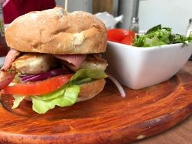 Hähnchenburger mit Salat
