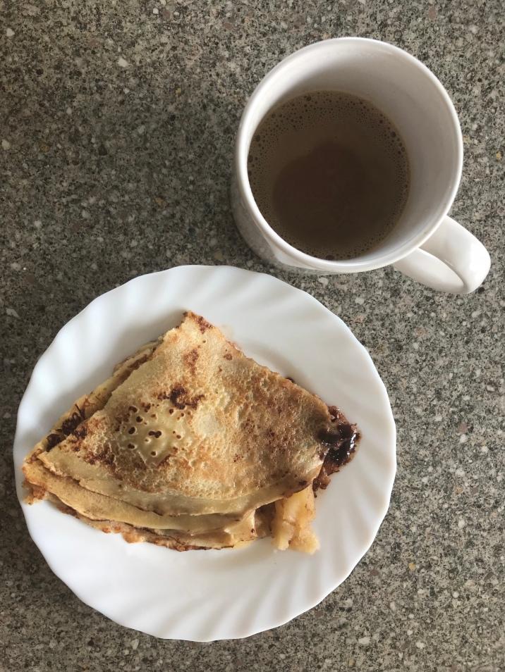 Crepe mit Maplesirup und Apfel, Kaffee