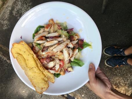 Salat mit Hähnchen und Knoblauchbaguette