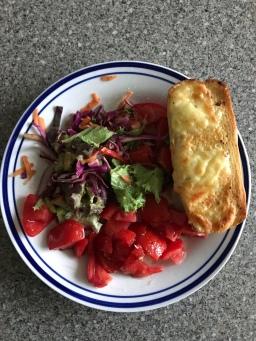 Salat mit Käseknoblauchbaguette