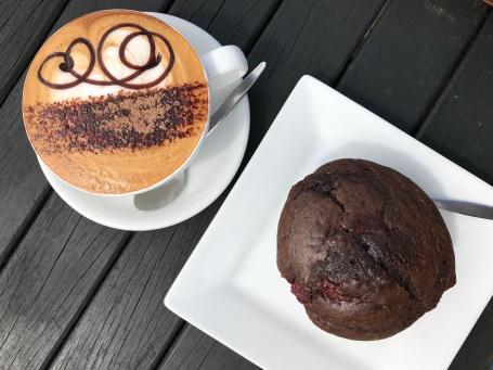 Schoko-Pflaumen-Muffin, Cappuccino