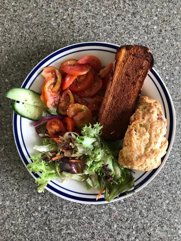 Salat, Käse-Schinken-Scone und Knoblauchbaguette