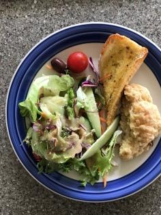 Salat, Schinken-Käse-Scone, Knoblauchbaguette