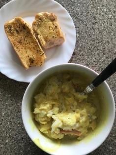 Reis mit Curry und Knoblauchbaguette