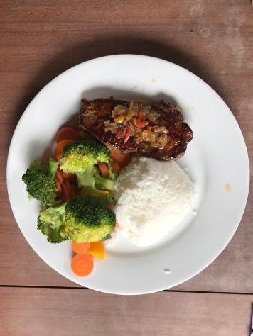 Steak mit Reis und Gemüse
