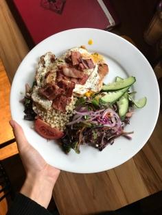 Salat, Couscous, Spiegelei, Pute und Speck