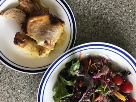 Salat mit Thunfisch und Kartoffelgratin