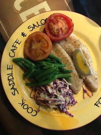 Blue Cod, Bohnen, Krautsalat und Tomaten