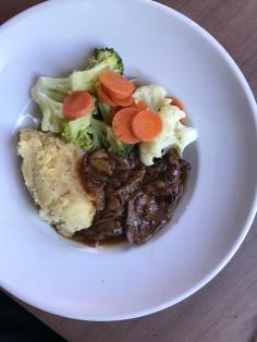 Lammhaxe mit Kartoffelpüree und Gemüse