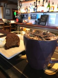 Schokokuchen und Cappuccino