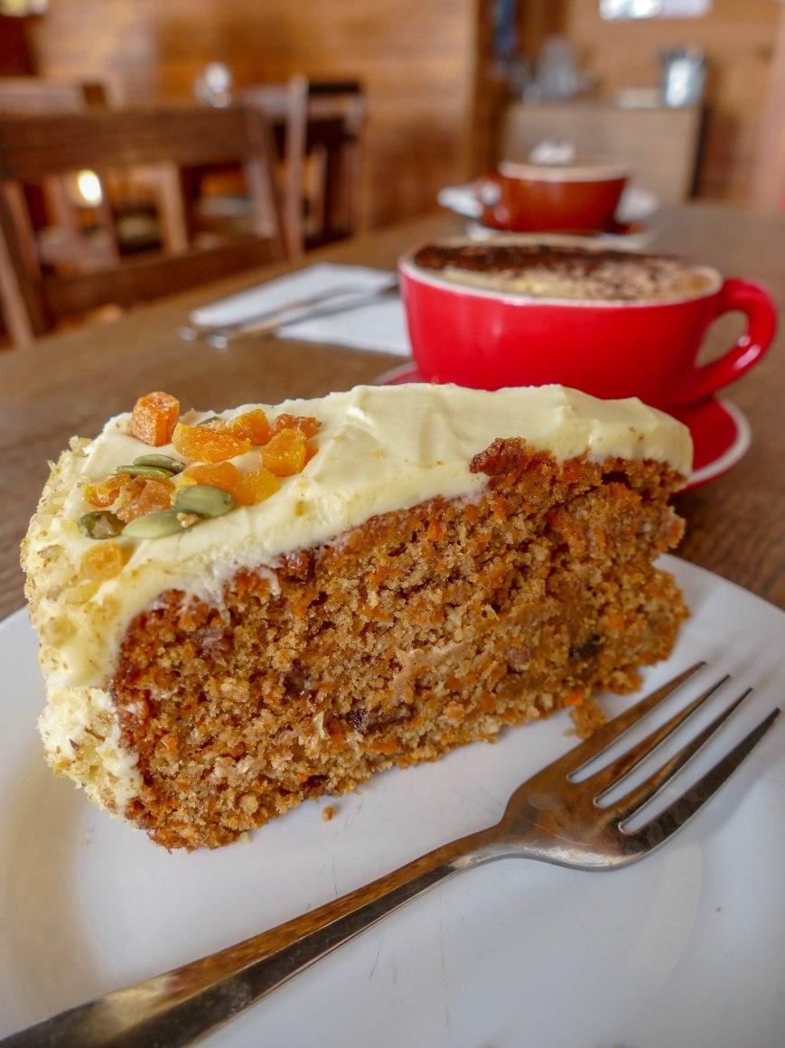 Carrot Cake und Cappuccino